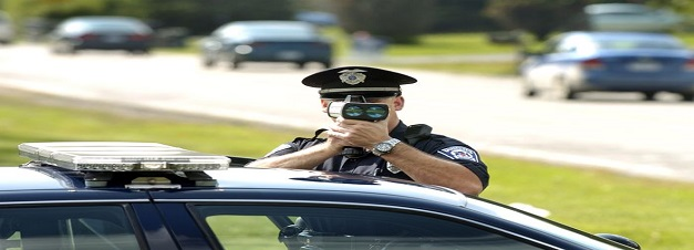 officer-with-speed-gun_100315290_l